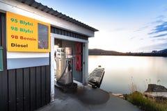 Pompe à essence de bateau à côté d'un pilier de flottement à l'été dans la marina de Bodo, Norvège photos libres de droits