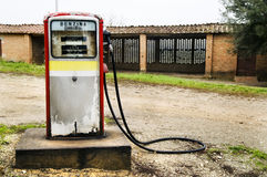 Pompe à gaz abandonnée dans la campagne italienne Photos libres de droits