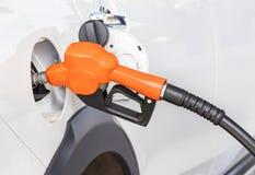 Pompe à gaz de ravitaillement de gicleur d'essence pour la voiture photographie stock