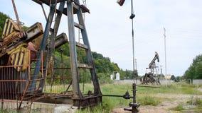 Pompe à huile en fonction dans le secteur de forêt clips vidéos