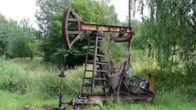 Pompe à huile en fonction dans le secteur de forêt banque de vidéos
