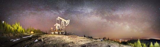 Pompe à huile et étoiles photographie stock
