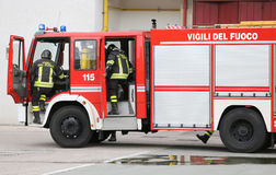 pompe à incendie portant deux sapeurs-pompiers photos libres de droits