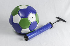 Pompe de ballon de football et d'air Photographie stock