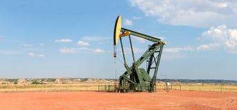 Pompe de perçage de puits de pétrole brut photographie stock