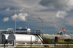 Pompe de pétrole et réservoirs de stockage Photos libres de droits