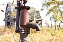 Pompe de puits d'eau de cru photos libres de droits