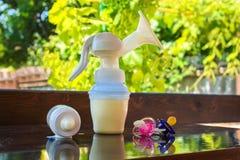 Pompe de sein, bouteille de lait et tétines image libre de droits