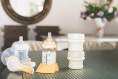 Pompe de sein manuelle, lait de mères Photographie stock libre de droits
