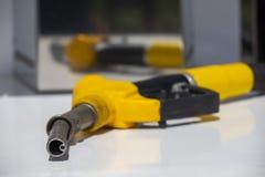 Pompe de station service de gicleur d'essence de pompe de pistolet d'essence Essence de r?approvisionnement en combustible d'homm image libre de droits