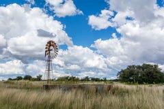 Pompe de vent de pays et ciel nuageux photos stock