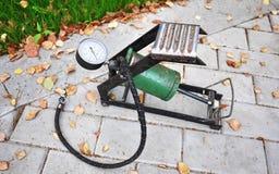 Pompe de voiture Le compresseur automatique de voiture vous aidera à pomper l'air non seulement dans les roues de votre voiture,  images libres de droits