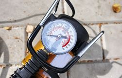 Pompe de voiture Le compresseur automatique de voiture vous aidera à pomper l'air non seulement dans les roues de votre voiture,  images stock