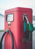 Pompe del combustibile rosse d'annata classiche Fotografie Stock Libere da Diritti