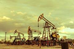 Pompe del pozzo di petrolio fotografia stock libera da diritti