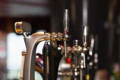 Pompe della birra in una fila Fotografie Stock Libere da Diritti
