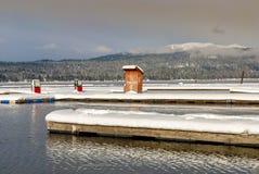 Pompe di gas su un lago di inverno del documento Fotografia Stock