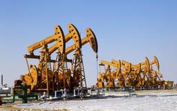 Pompe di olio. Attrezzatura di industria petrolifera. Fotografia Stock