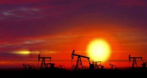 Pompe di olio - estrazione dell'olio sul fondo di tramonto stock footage
