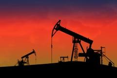 Pompe di olio nel sunseth Immagine Stock