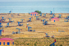Pompe ed impianti di perforazione di olio dalla costa caspica Fotografie Stock