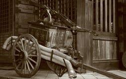 Pompe à incendie antique. Photo libre de droits