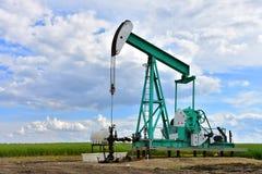 Pompe Jack de puits de pétrole photographie stock libre de droits