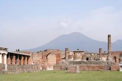 Pompei dat door de Vesuvius wordt overzien Royalty-vrije Stock Afbeelding