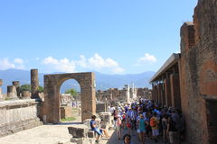 Pompei roman forum och turister Royaltyfri Fotografi