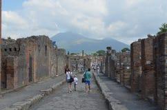 POMPEI, WŁOCHY, CZERWIEC 28, 2014: Ludzie spacerują przez rujnować ulic antyczny miasto Pompei obraz stock