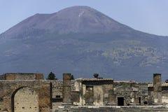Pompeii e Monte Vesúvio imagem de stock