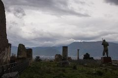 Pompeii, ITÁLIA - 4 de novembro de 2018 Ruínas antigas em Pompeii, cidade romana perto de Nápoles moderna foto de stock royalty free