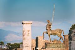 Pompeii, Italie Statue de centaure sur le territoire du forum images libres de droits