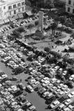 Pompeii Italien, 1961 - många bilar parkerar i fyrkanten framme av fristaden av madonnan av Pompei arkivfoton