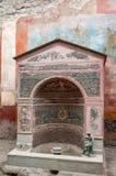 Pompeii najlepszy utrzymany archeologiczny miejsce w ?wiacie, W?ochy Wnętrze dom Mała fontanna fotografia stock