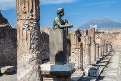 Pompeii tempel och Vesuvius Arkivfoton