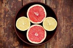 Pompelmi con i limoni in una ciotola Fotografia Stock Libera da Diritti