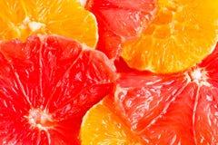 Pompelmi rotondi sei e fette arancioni immagine stock