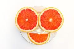 Pompelmo di sorriso con la fetta su fondo bianco, vista superiore Fotografie Stock