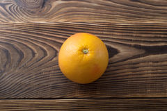 Pompelmo maturo fresco sopra fondo di legno Fotografia Stock