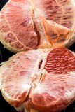 Pompelmo rosso sbucciato organico Fotografie Stock Libere da Diritti