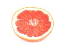 Pompelmo sugoso rosso isolato su bianco immagine stock libera da diritti