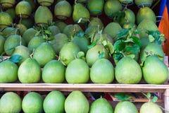 Pompelmoes, tropisch die fruit bij Lange het fruitmarkt van Vinh wordt getoond, Mekong delta De meerderheid van de vruchten van V stock foto's