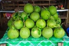 Pompelmoesfruit op planken Royalty-vrije Stock Afbeeldingen