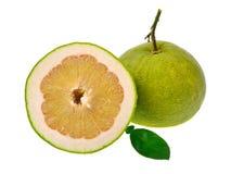 Pompelmoesfruit op witte achtergrond wordt geïsoleerd die Stock Foto