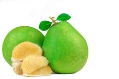 Pompelmoespulp zonder zaden op witte achtergrond worden geïsoleerd die De pompelmoesfruit van Thailand Natuurlijke bron van vitam royalty-vrije stock foto