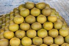 Pompelmoezen bij fruitmarkt Stock Fotografie