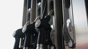 Pompen op brandstofpost stock video