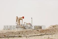 Pompen van een de mooie het neigen Ezelsolie in het olieveld van Bahrein Stock Foto