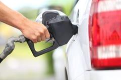 Pompend gas bij benzinepomp Royalty-vrije Stock Foto